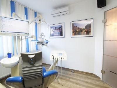 Zahnarztpraxis Krecker Behandlungsraum 1 linke Ansicht