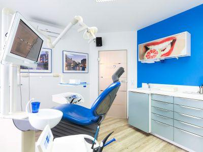 Zahnarztpraxis Krecker Behandlungsraum 1 rechte Ansicht