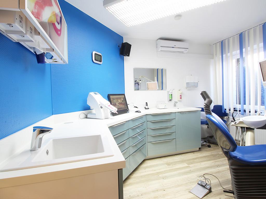 Zahnarztpraxis Krecker Behandlungsraum 2 linke Ansicht
